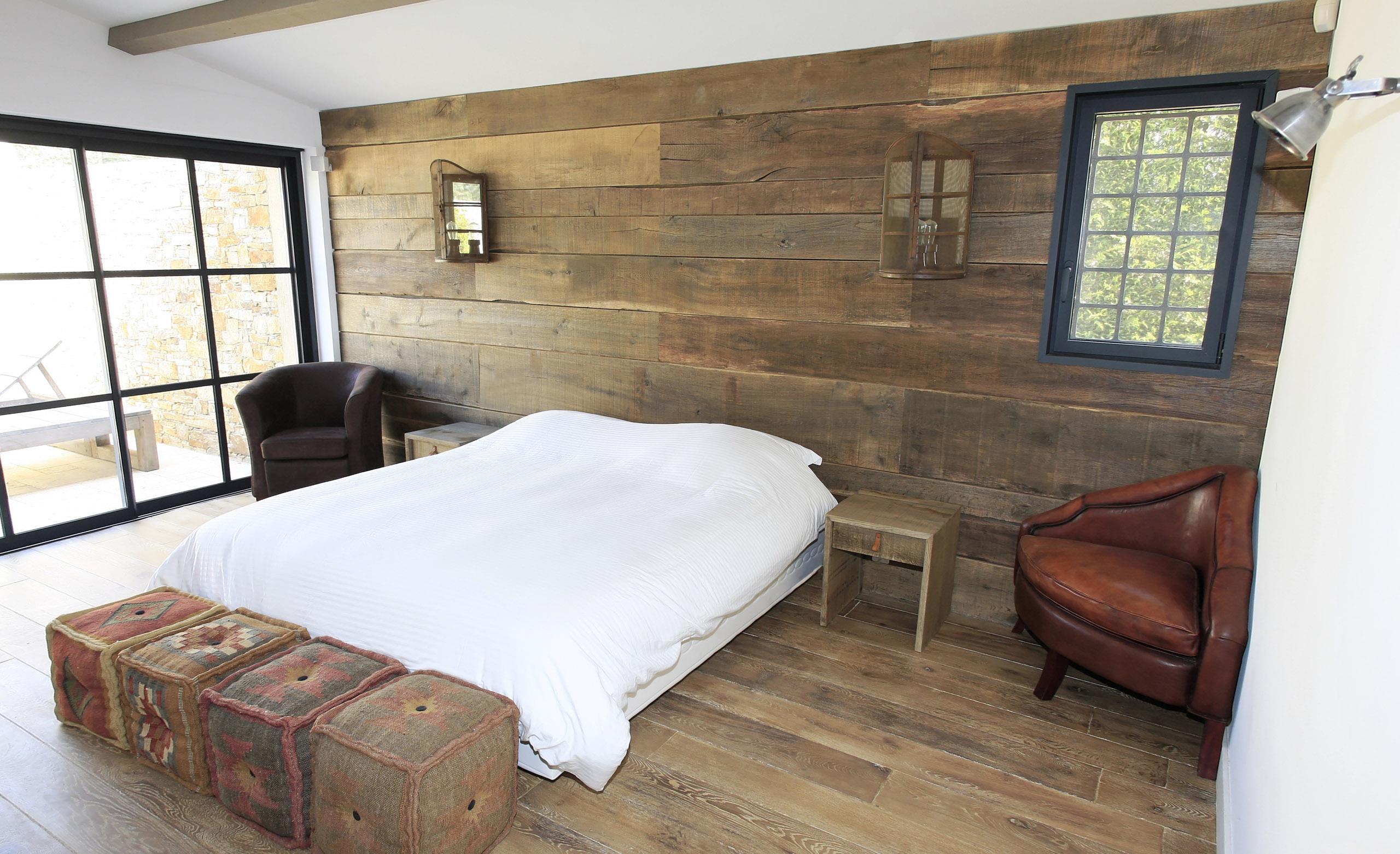 Chambre de villa grimaud bv menuiserie rafflin for Habillage mural en bois