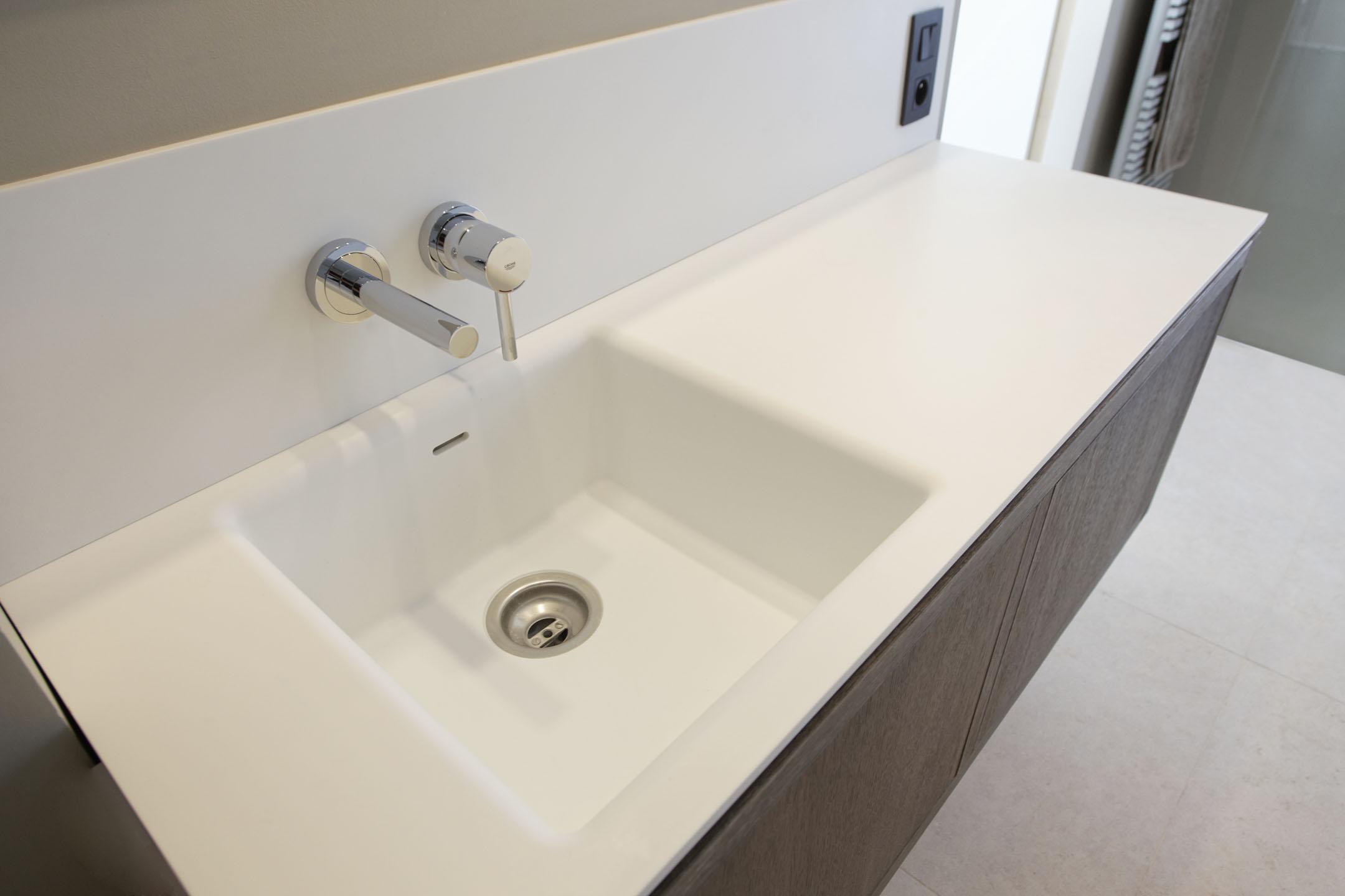 Salle de bain en Corian® à Grimaud Menuiserie Rafflin